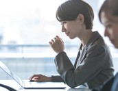 労務の業務内容は?人事との違いや管理効率を上げる方法を解説!