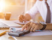 給与計算代行は税理士・社労士どちらに任せるべきか?選び方を解説!