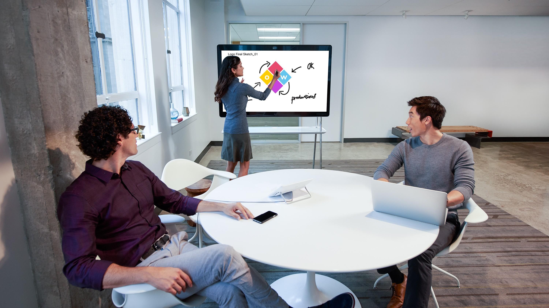 Cisco Webex Teams は、会議中以外でも、仮想会議スペース、メッセージング、ファイル共有、ホワイトボード、ビデオ通話などを通じて、常時連携することができます。